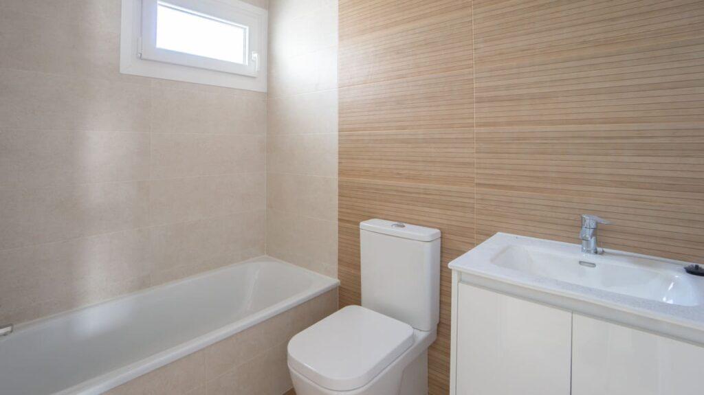 Podemos ver el baño independiente con bañera que encontramos en la segunda planta de la promoción de obra nueva en Armilla.